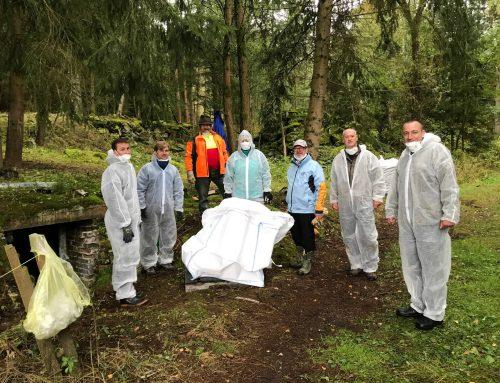 Mitarbeiter des Naturschutzreferats des FGV beseitigen illegale gelagerte Asbestplatten